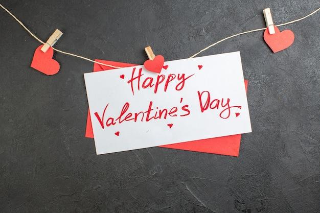 Vue de dessus belle note joyeuse saint valentin note sur fond sombre amour couple sentiment mariage présent coeur couleur