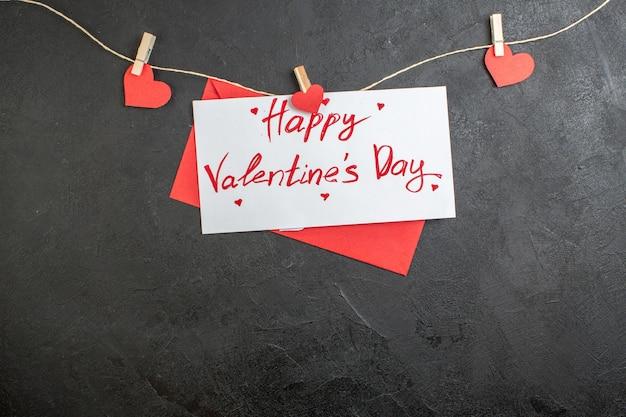 Vue de dessus belle note joyeuse saint valentin note sur fond sombre amour couple sentiment présent couleur de coeur