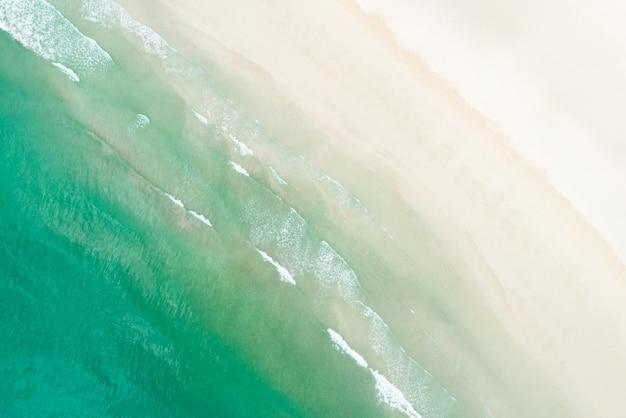 Vue de dessus de la belle plage de sable blanc avec eau de mer turquoise