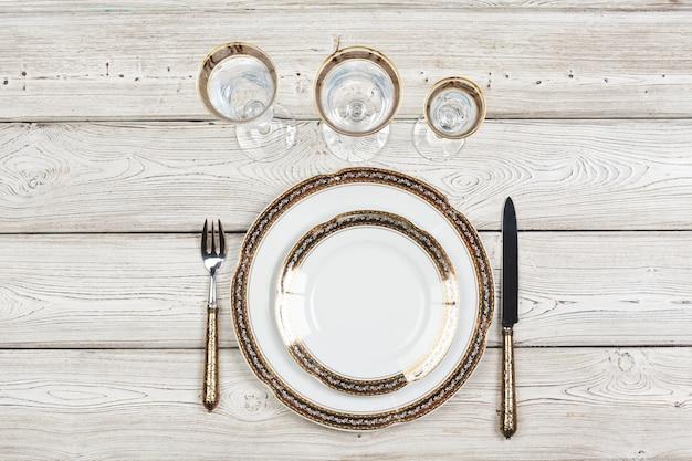 Vue de dessus d'une belle table sur un mur en bois blanc
