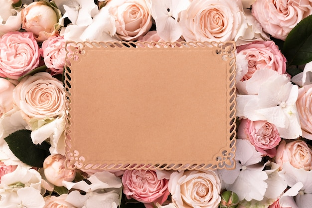 Vue de dessus de belles fleurs avec carte vierge