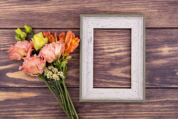 Vue de dessus de belles fleurs colorées et différentes sur bois avec espace copie
