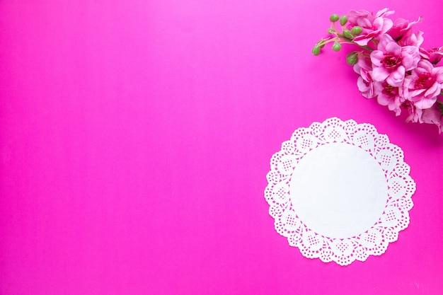 Vue de dessus de belles fleurs sur fond rose orné de novruz printemps vacances colorées concept ethnique espace libre