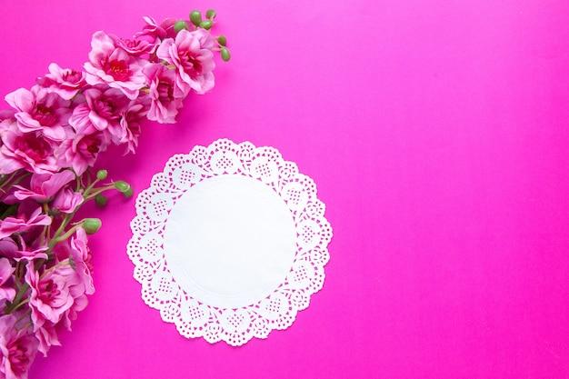Vue de dessus belles fleurs sur fond rose vacances de printemps colorées ethniques novruz orné