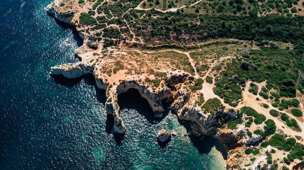 Vue de dessus de belles plages de la côte de l'algarve au portugal