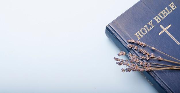 Vue de dessus de la bible et des fleurs de lavande sèches avec espace copie