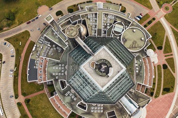 Vue de dessus de la bibliothèque nationale de minsk-la capitale de la république du bélarus, un bâtiment public