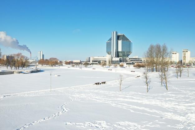 Vue de dessus de la bibliothèque nationale de minsk en hiver. biélorussie, bâtiment public