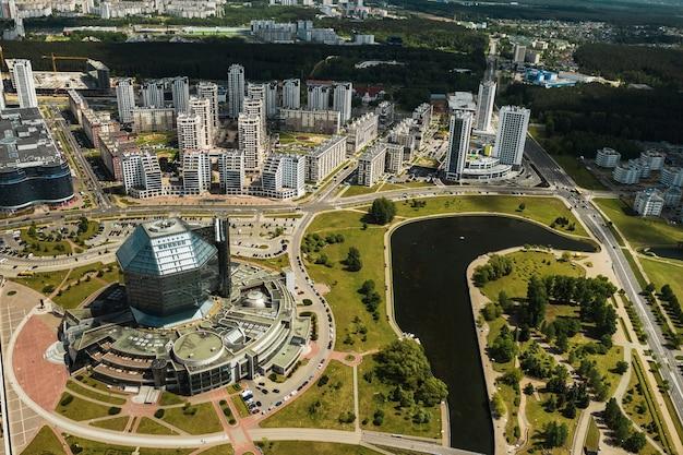 Vue de dessus de la bibliothèque nationale et d'un nouveau quartier avec un parc à minsk, la capitale de la république du bélarus, un bâtiment public