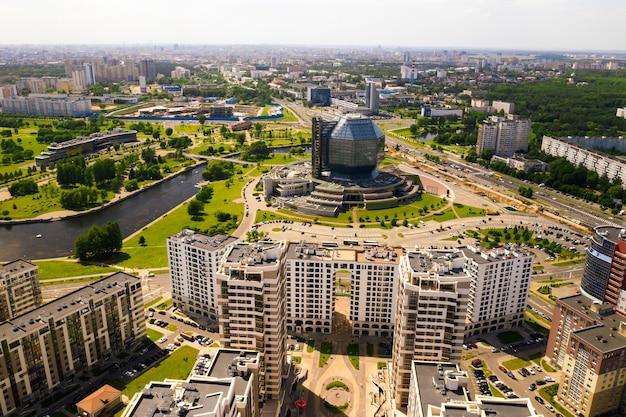 Vue de dessus de la bibliothèque nationale et d'un nouveau quartier avec un parc à minsk