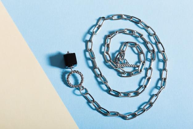 Vue de dessus des bijoux et accessoires de mode sur bleu et jaune. bijouterie de bijoux de luxe et concept tendance.