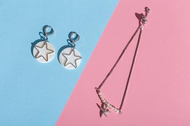 Vue de dessus des bijoux et accessoires de mode sur fond de couleur vive. bijouterie de bijoux de luxe et concept tendance.