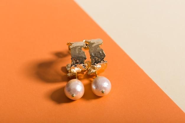 Vue de dessus des bijoux et accessoires de mode sur fond de couleur vive