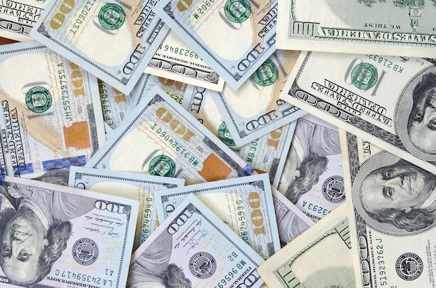 Vue de dessus des billets de cent dollars en arrière-plan. concept de devise usd et vie riche