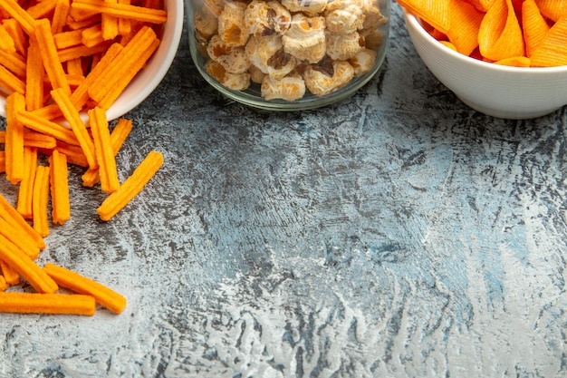 Vue de dessus biscottes au fromage avec cips et pop-corn sur une surface légère