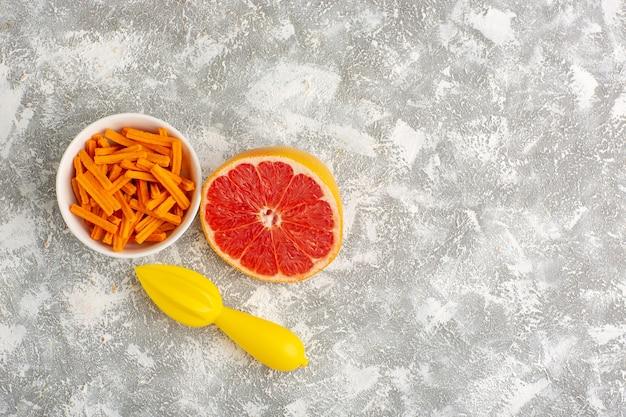 Vue de dessus biscottes orange au pamplemousse sur un bureau blanc