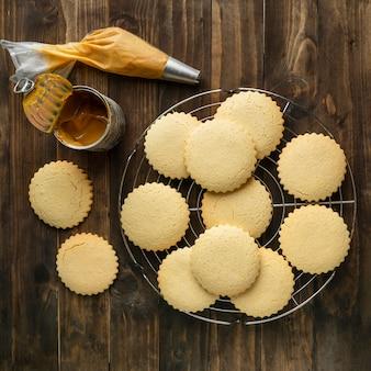 Vue de dessus des biscuits sur assiette