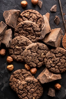 Vue de dessus des biscuits au chocolat aux noisettes