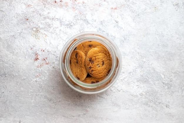 Vue de dessus biscuits au chocolat bonbons au sucre sur la surface blanche biscuit biscuit tarte sucrée au sucre