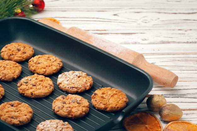 Vue de dessus des biscuits à l'avoine dans une plaque de cuisson sur une table en bois