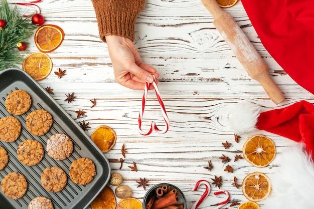 Vue de dessus des biscuits à l'avoine dans la plaque de cuisson