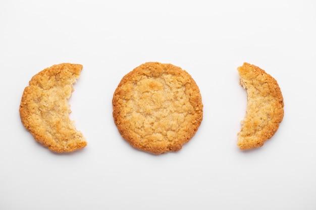 Vue de dessus des biscuits à l'avoine isolés