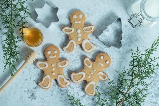 Vue de dessus de biscuits frais faits maison sur blanc.