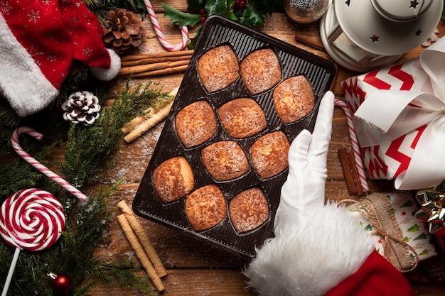 Vue de dessus des biscuits de noël avec des décorations