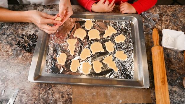 Vue de dessus des biscuits de noël sur une plaque à pâtisserie