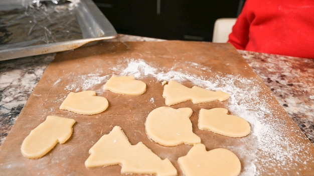 Vue de dessus des biscuits de noël sont prêts pour la cuisson