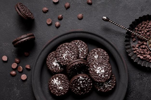Vue de dessus des biscuits sur plaque et arrangement de pépites de chocolat