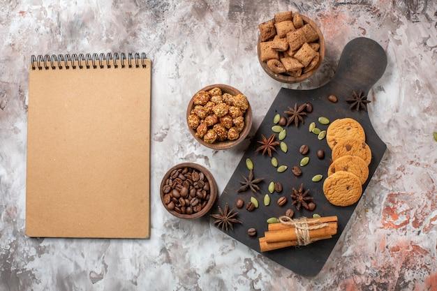Vue de dessus des biscuits sucrés au café et aux noix sur la table lumineuse