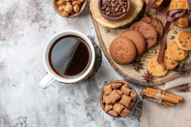 Vue de dessus des biscuits sucrés aux noix et tasse de café sur la table lumineuse