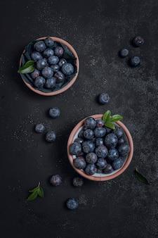 Vue de dessus des bleuets frais dans des bols