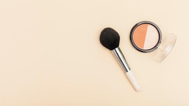 Vue de dessus blush avec pinceau de maquillage