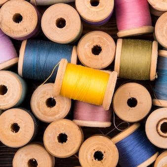 Vue de dessus des bobines de fil de couleur