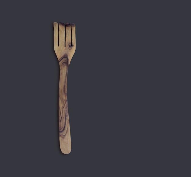 Vue de dessus en bois d'olive servir une fourchette isolée sur fond noir
