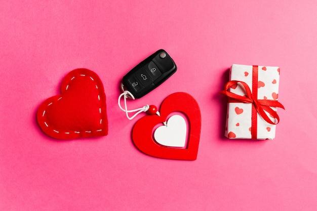 Vue de dessus de boîte-cadeau, clé de voiture, coeur en bois et textile