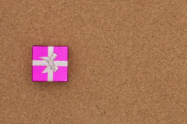 Vue de dessus de boîte cadeau sur fond en bois.