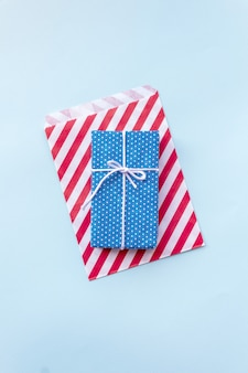 Vue de dessus sur la boîte de cadeau de noël bleue.