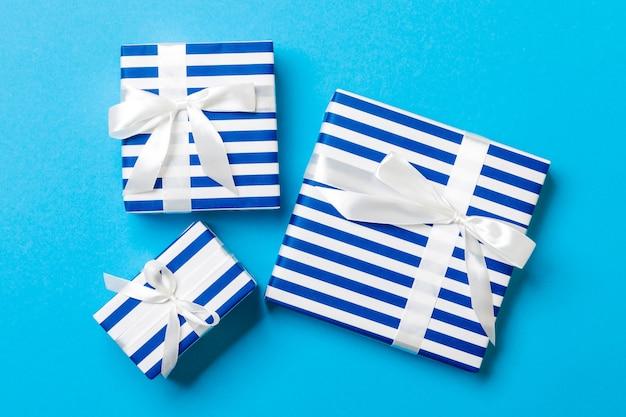 Vue de dessus boîte cadeau de noël noeud blanc sur bleu