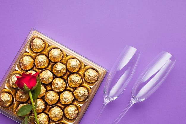 Vue de dessus boîte de chocolat et bague de fiançailles