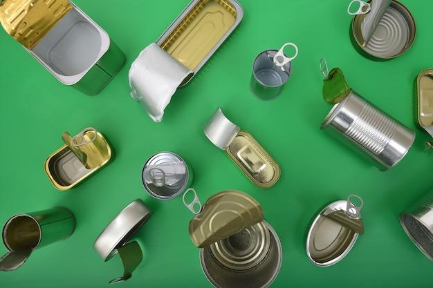Vue de dessus de boîte de conserve isolé sur vert