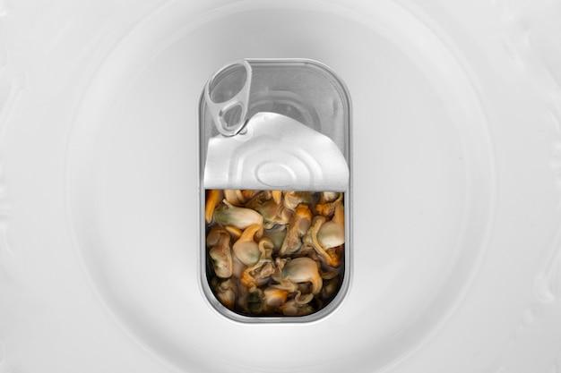 Vue de dessus boîte de conserve avec de la nourriture sur une assiette