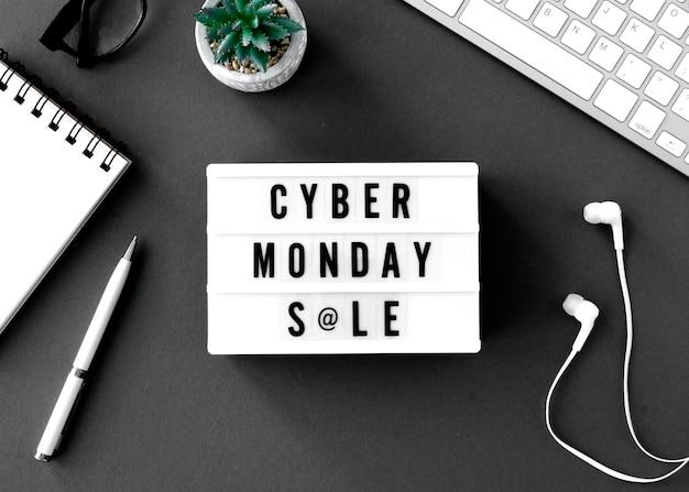 Vue de dessus de la boîte à lumière cyber lundi avec écouteurs et clavier