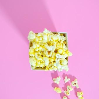 Vue de dessus de la boîte de maïs soufflé doré