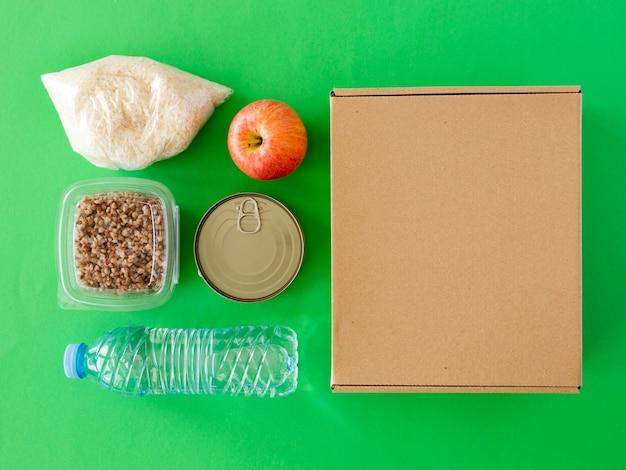 Vue de dessus de la boîte de nourriture pour le don