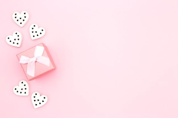 Vue de dessus de la boîte rose avec coeurs