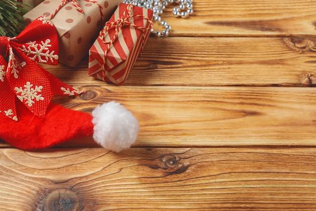Vue de dessus des boîtes de cadeau de noël emballés sur fond en bois