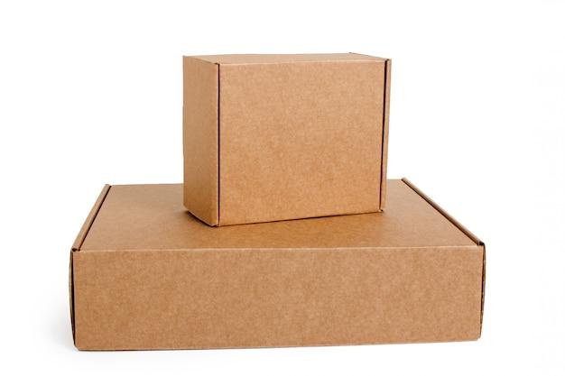 Vue de dessus des boîtes en carton isolés sur blanc.